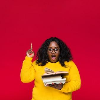 Donna con indicare dei libri