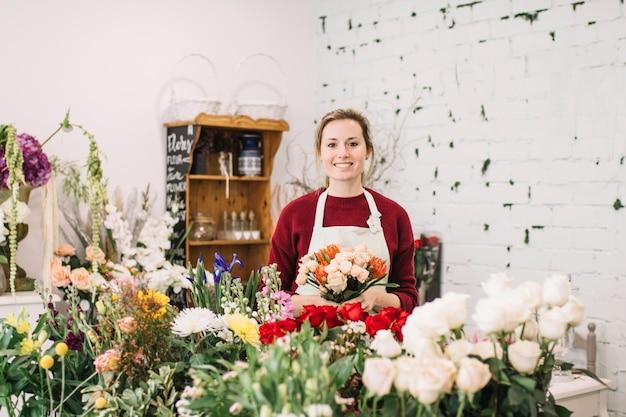 Женщина с букетом в цветочном магазине