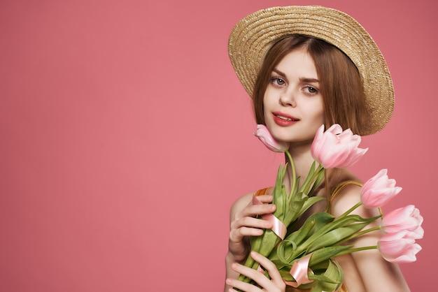 Женщина с букетом цветов привлекательный гламурный взгляд подарок розовый фон