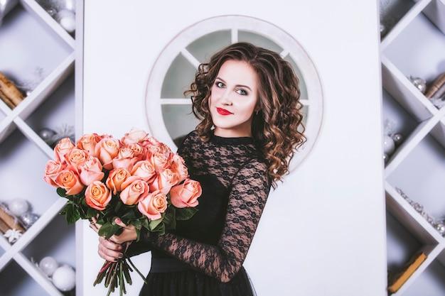 花の花束を持つ女性バラ
