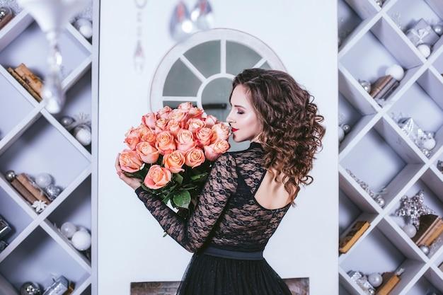 꽃 장미 꽃다발을 가진 여자