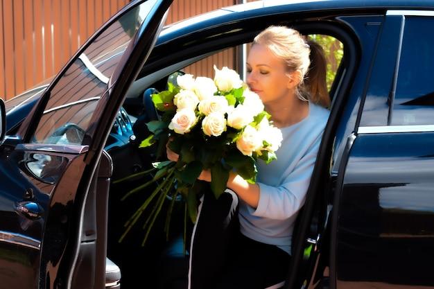 Женщина с букетом цветов.