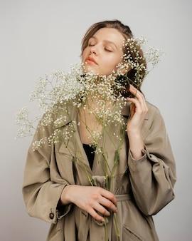 花の花束を持つ女性