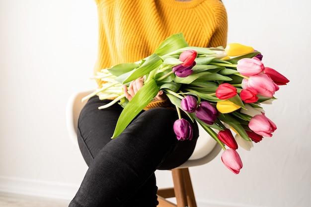 신선한 분홍색 튤립 꽃다발을 가진 여자