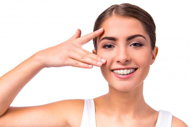 Женщина с брекетами на зубах, изолированные