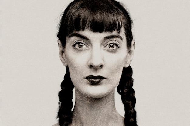 Donna con capelli intrecciati in scala di grigi con effetto risograph remixed media