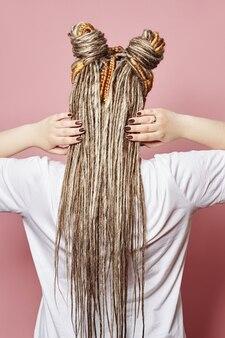おさげ髪で編んだ髪を持つ女性