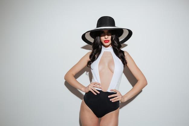 水着に身を包んだ明るい化粧唇を持つ女性