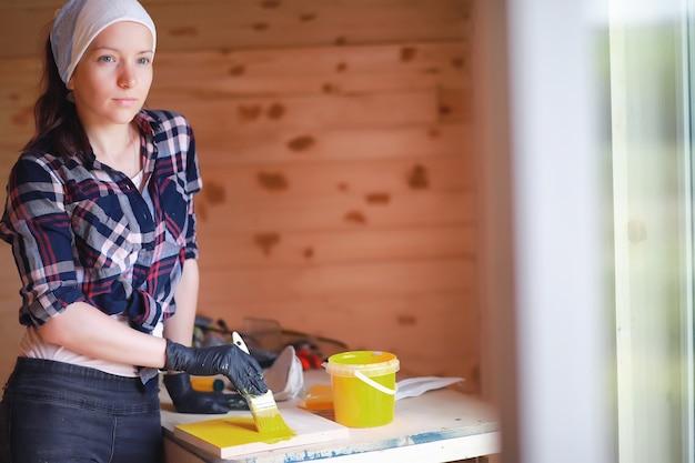 Женщина с ремонтом кисти в деревянном доме