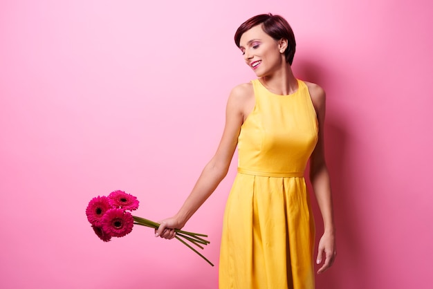生花の束を持つ女性