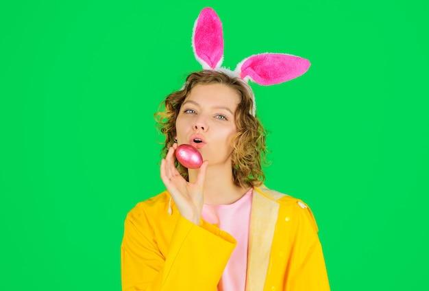イースターエッグとウサギの耳を持つ女性、ウサギの女の子、ハッピーイースター、春の時間、エッグハント、春の休日。