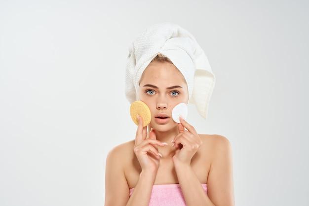 焦げた鍵のある女性コットンパッドきれいな肌の皮膚科ケア