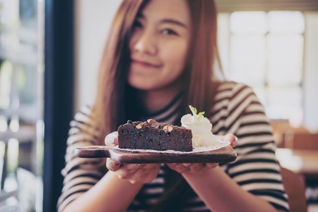 케이크 초콜릿을 가진 여자