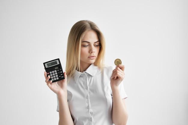 電卓暗号通貨ビットコイン金融eコマースを持つ女性