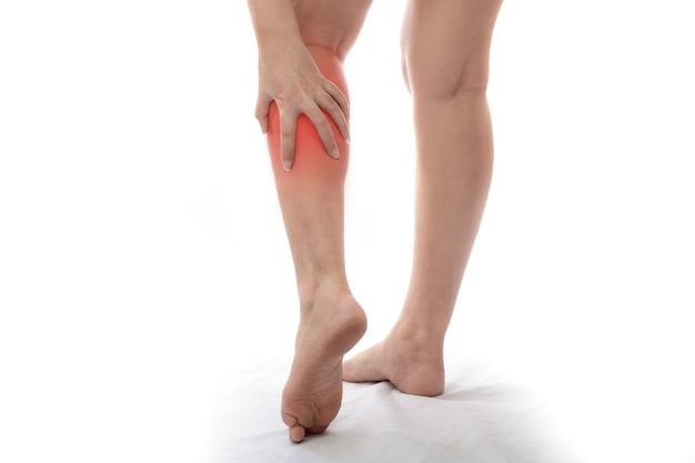 종아리에 통증을 느끼는 여성 배경에 통증이 있는 여성 다리에 통증이 있는 여성