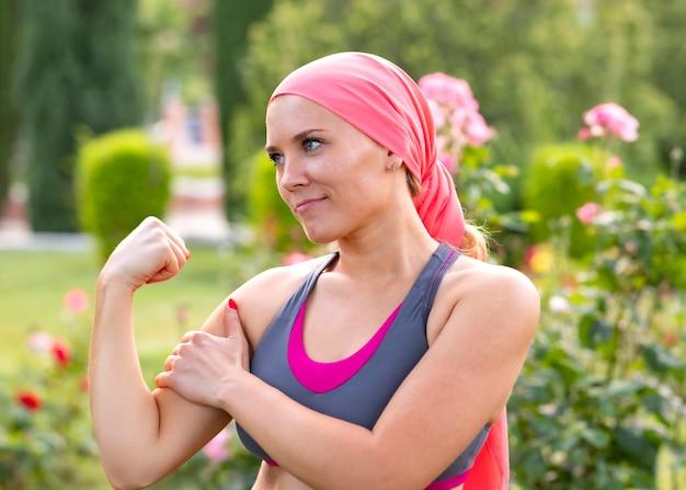 Женщина с раком, улыбаясь истребитель