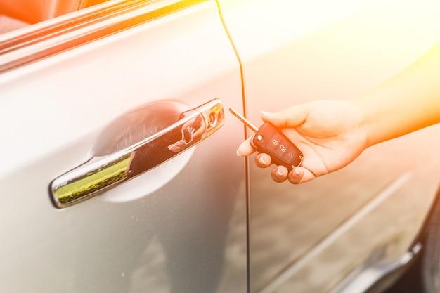 La donna con le chiavi della macchina