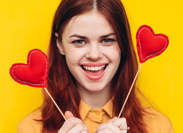 Женщина с картонными сердечками