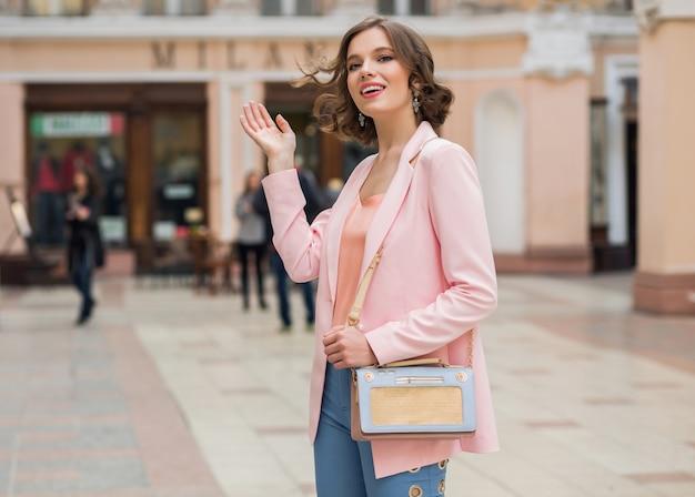 Женщина с беззаботным настроением гуляет по городу на отдыхе