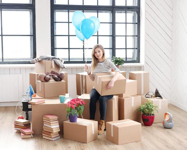 Женщина с грузовыми пакетами готова к отправке или переезду