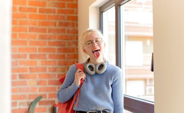 Женщина с веселым, беззаботным, бунтарским настроем, шутит и высунул язык, веселится
