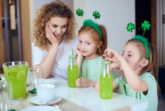 自宅で聖パトリックの日を祝う子供を持つ女性