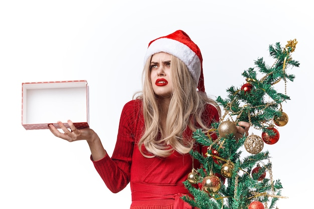 手にクリスマスツリーを持つ女性ギフトクリスマス休暇の感情
