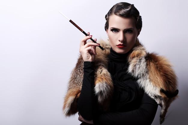 Женщина с сигаретой в винтажном образе
