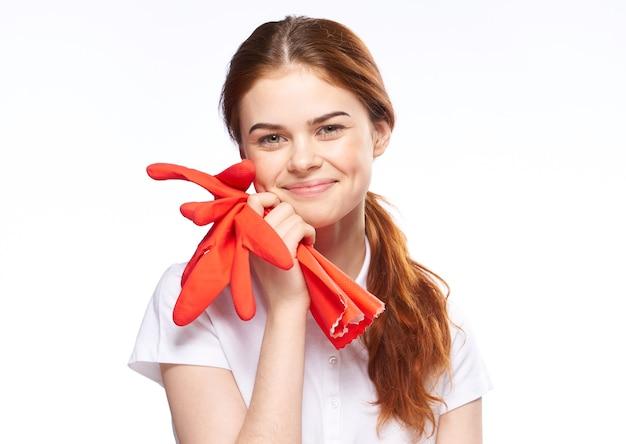 Женщина с чистящими перчатками