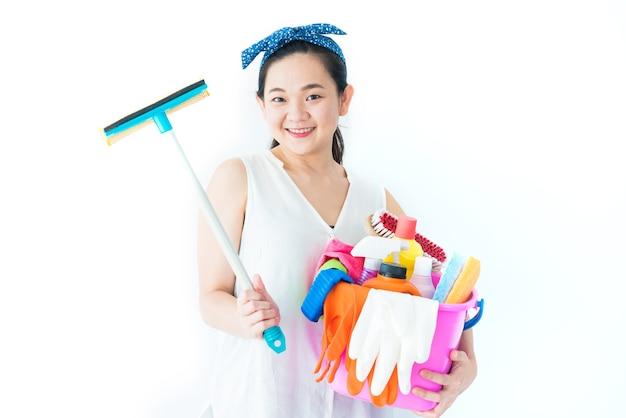 Женщина с чистящими средствами и моющими средствами на белом фоне для уборки дома