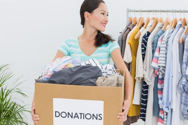 Женщина с пожертвованием на одежду