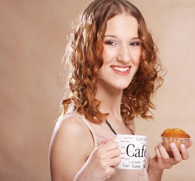 Женщина с кофе и торт крупным планом изображение