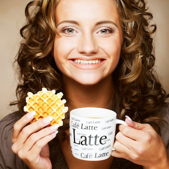 Женщина с кофе и печеньем