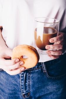 커피와 도넛을 가진 여자