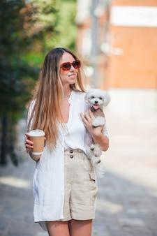 Женщина с кофе на открытом воздухе на набережной