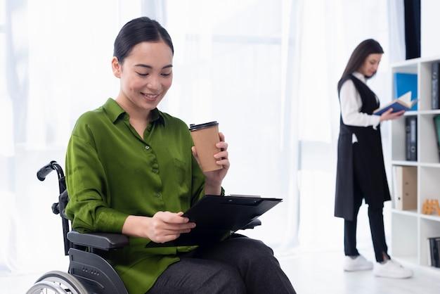 コーヒーの作業を持つ女性
