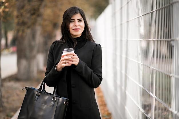 Donna con caffè