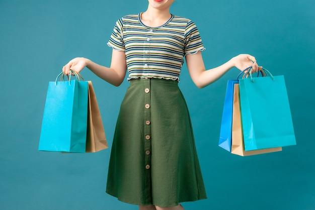 컬러 쇼핑백을 가진 여자