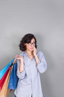 Женщина с красочными сумочками