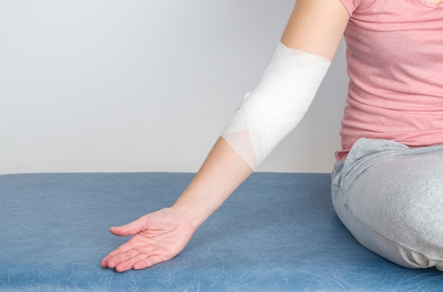 Woman with a compression bandage to inflammation.