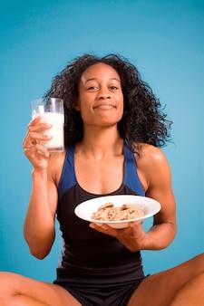 クッキーとミルクを持つ女性