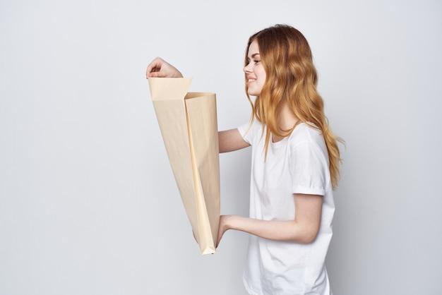 クラフトバッグショッピングデリバリーライフスタイルを持つ女性。高品質の写真