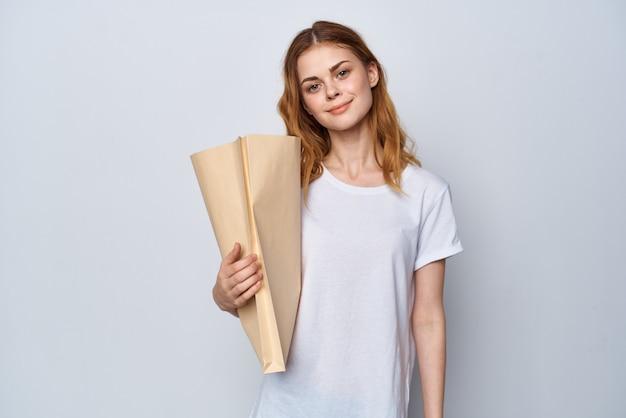クラフトバッグショッピングデリバリーライフスタイルを持つ女性