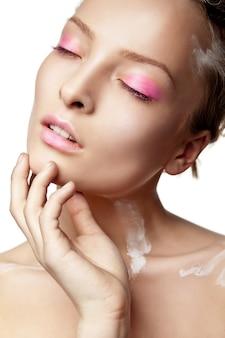 Женщина с творческим макияжем и белой краской