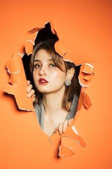 Женщина с креативным макияжем