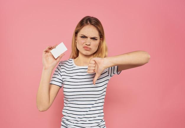 Женщина с кредитной картой в полосатой футболке