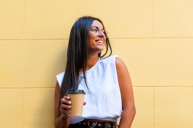 一杯のコーヒーの肖像画を持つ女性