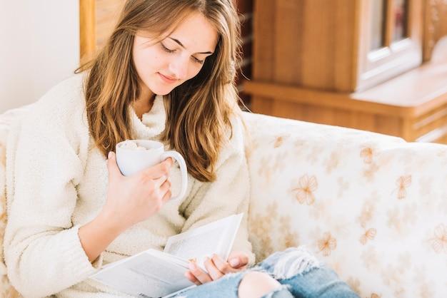 女性、カップ、読書、ソファ
