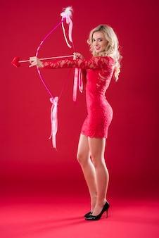 Donna con l'arco di cupido che sceglie l'obiettivo
