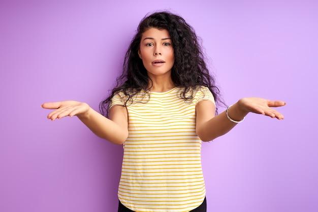 誤解を肩をすくめる巻き毛の黒い髪の女性、孤立した感情的な女性の肖像画